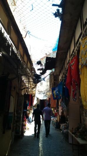 Carrer d'Hebron amb botigues palestines i cases ocupades per colons