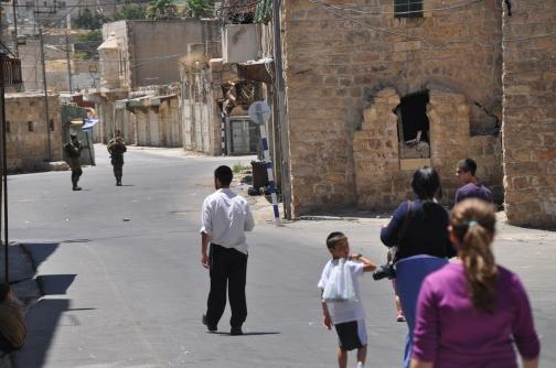 Futurs colons visitant cases per ocupar protegits per l'exèrcit
