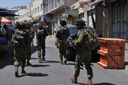 Patrullatge il·legal de l'exèrcit pels carrers d'Hebron