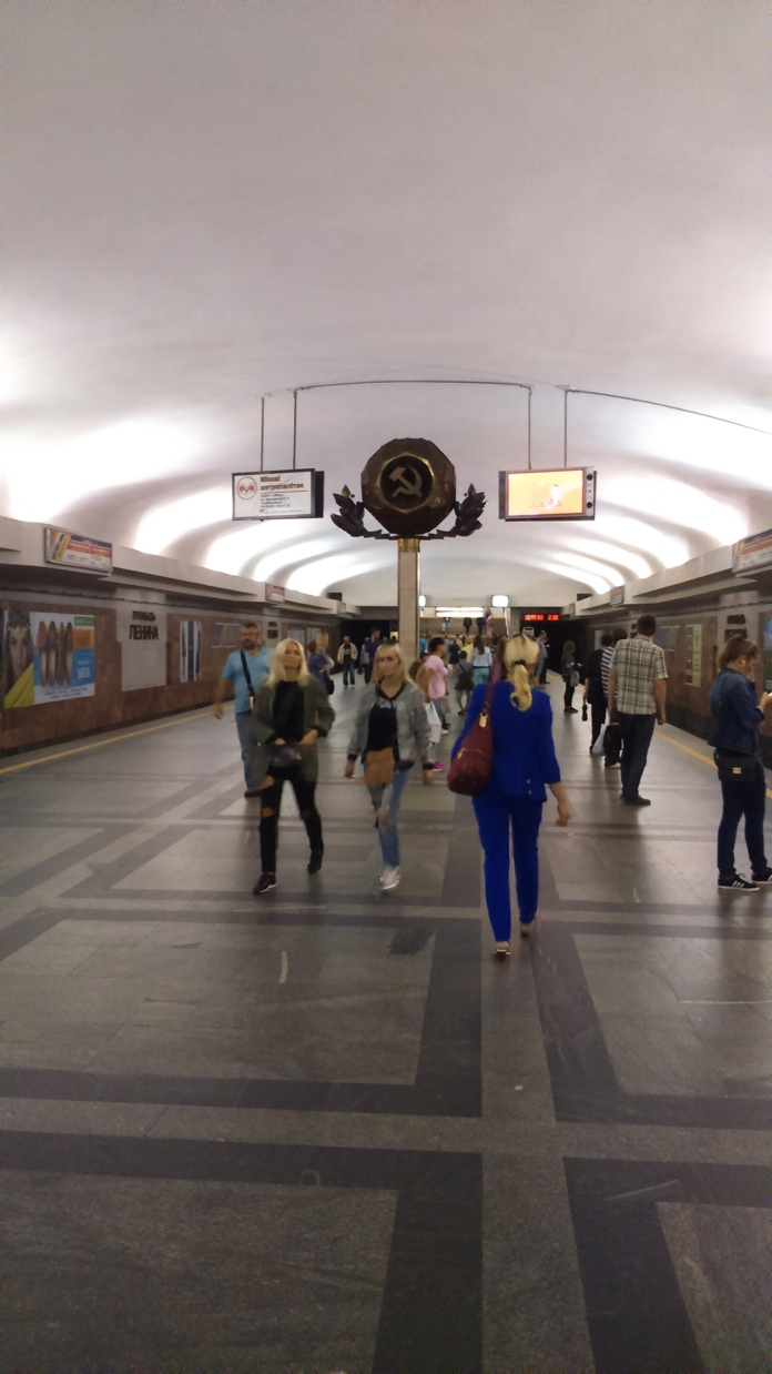 Interior del metro amb publicitat