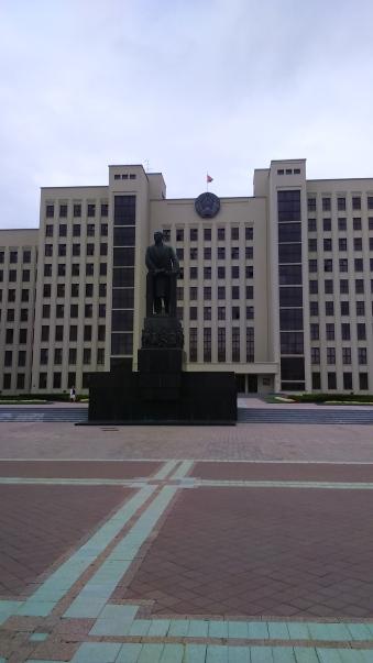 Seu central del govern i estàtua de Lenin